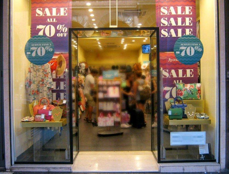 Rimini, arriva divieto di porte aperte nei negozi con riscaldamento acceso: sanzioni fino a 500 euro